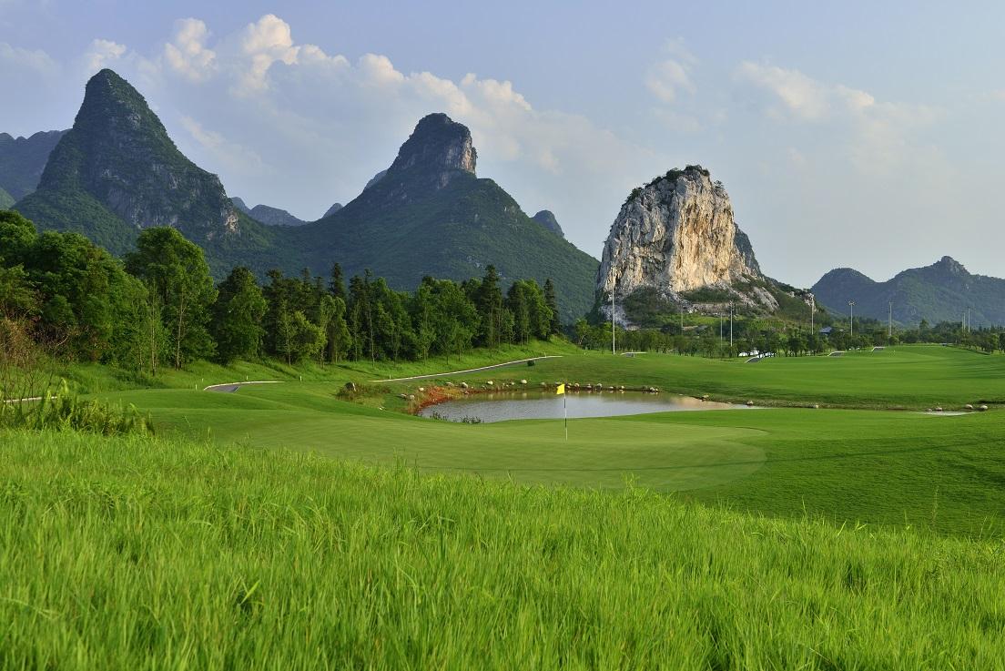 别具一格的球道设计 山景(水墨山水画中的高尔夫)    水景(似在漓江上